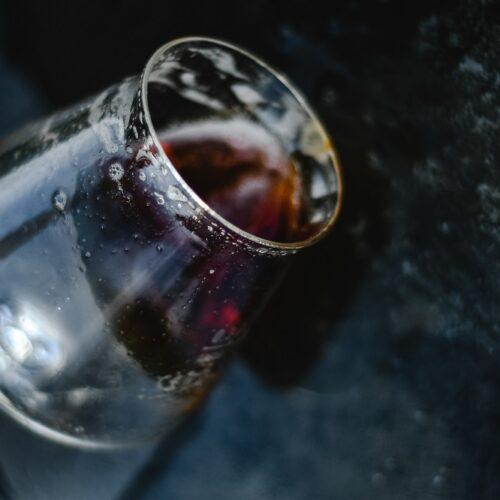 Alkoholizm – czynniki ryzyka, fazy, metody leczenia